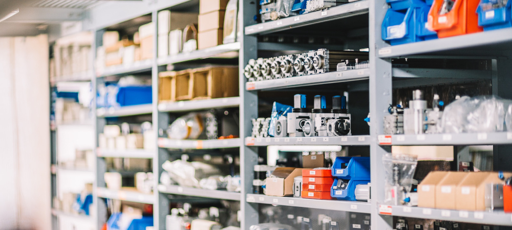 Waren und Werkzeug im Regal
